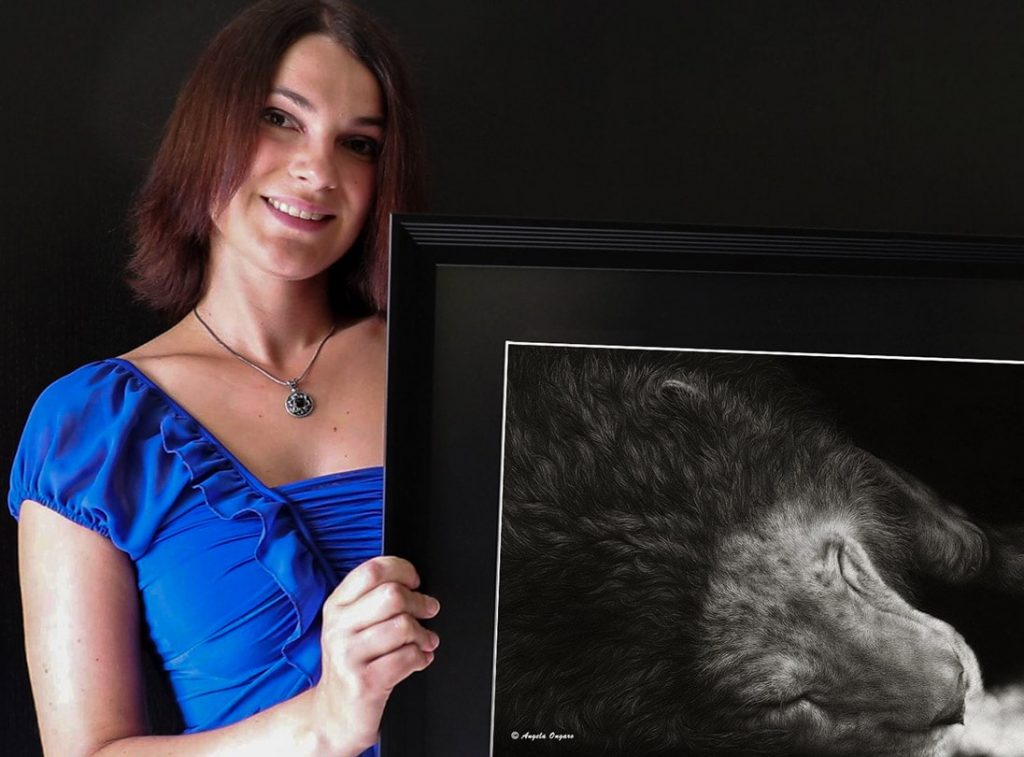 L'artista Angela Ongaro con il suo disegno a matita La cadenza del suo ultimo respiro che rappresenta un leone sdraiato e morente