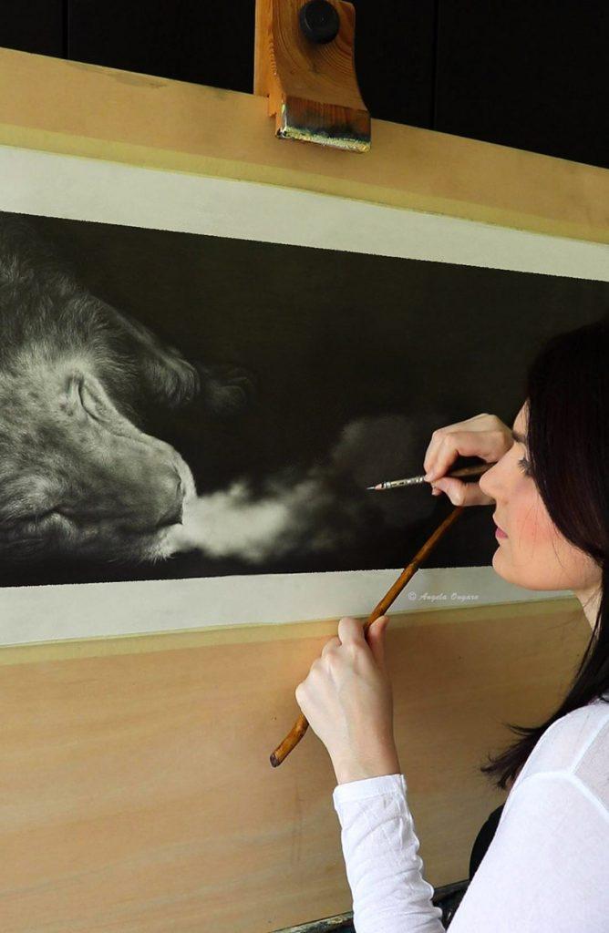 L'artista Angela Ongaro mentre disegna la sua opera a matita La cadenza del suo ultimo respiro