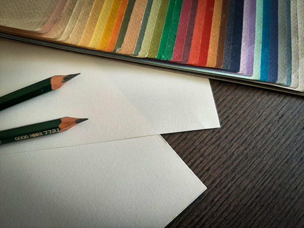 Esempi dei differenti colori della carta da disegno